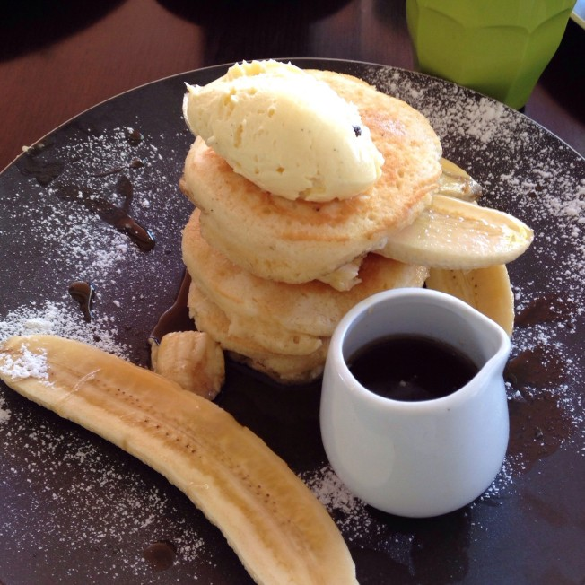 Soufflé pancakes with banana, mascarpone cream and maple syrup